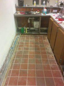 kapotte vloer onder de toog uitgebroken (later proper dicht gemaakt)