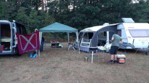 Ons plekje op de camping. Het logo is een volledig gehaakte versie door een van onze leden #hakerspace